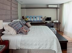 Quarto de casal: Cabeceira de camurça, roupa de cama e almofadas da Lider Interiores.  Na parede, fotografia de Eduardo Pozela, da Galeria Coletivo, e luminária Cristiana Bertolucci (Foto: Gui Morelli)