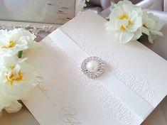 Die elegante Hochzeitskarte hat auf der Vorderseite das gedruckte Spitzenmotiv, das durch eine wunderschöne glänzende Brosche mit einer Perlenimitation in der Mitte und eine Satinschleife ergänzt wird. 😊 Das ausgearbeitete feine Spitzenmotiv ist mit Goldglitzern bereichert. Diese Hochzeitskarte bildet Teil des Hochzeitset, also so dürfen Sie alles in gleichem Styl bestellen. 😊  #Hochzeitskarten #Hochzeitseinladungen #Hochzeit