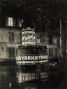 Brassaï, Paris de Nuit, publicité Byrrh sur une vespasienne, rue...