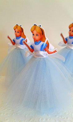Tubetes com sainha de tule , uma ótima opção para deixar a decoração da festa Alice no Pais das Maravilhas mais encantadora . Embalagem vazia
