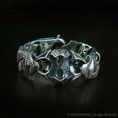 ROYAL NAJA : ll of the aggressive power of the Naja Royal or the Cobra Royal is illustrated through 180 grams of finely honed silver.