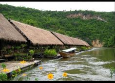 Floating raft hotel