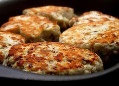 INGREDIENTES:  200 Grama de Peito de frango cru moído 1/2 Cebola 3 Dente de Alho 1 Punhado de Salsinha 1 Punhado de Cebolinha Pitada de Sal (a gosto) Pitada de Pimenta (a gosto)    MODO DE PREPARO:   Triturar a cebola e o alho ou cortar no tamanho mínimo que conseguir.  Misturar bem os ingredientes ao frango moído.  Montar os hamburguinhos no tamanho de uma colher de sopa
