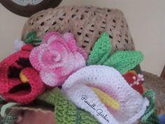 Cappello in paglia con fiori a crochet
