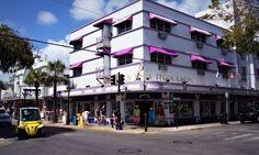 Duval Street Key West. Descubre toda la historia, las mejores atracciones turísticas, nuestros hoteles y restaurantes favoritos... Todo sobre Key West.