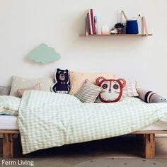 Die Tierkissen für das Kinderbett sind ein echter Hingucker und ermöglichen dem Kind einen spielenden Umgang mit Bär, Maus und Schlange. Wie die Wolke an der …