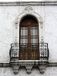 Cacería Tipográfica N° 91: Primer balcón de casona en la calle Santa Catalina en el centro histórico de Arequipa. En la parte superior la letra D y el número 1.