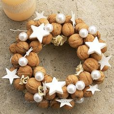 In this DIY tutorial, we will show you how to make Christmas decorations for your home. The video consists of 23 Christmas craft ideas. Country Christmas, Winter Christmas, All Things Christmas, Christmas Time, Christmas Crafts, Christmas Ornaments, Gold Christmas, Natal Natural, Xmas Wreaths