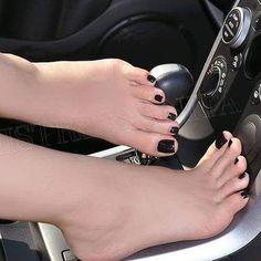 I love women's feet! Black Toe Nails, Cute Toe Nails, Nice Toes, Pretty Toes, Feet Soles, Women's Feet, Feet Nails, Toenails, Painted Toes
