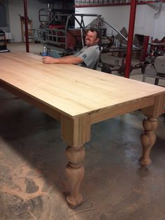 Farmhouse table plans & ideas find and save about dining room tables . See more ideas about Farmhouse kitchen plans, farmhouse table and DIY dining table Farmhouse Table With Bench, Dining Room Bench, Table Bench, Dining Rooms, Diy Holz, Diy Table, Rustic Furniture, Modern Furniture, Furniture Design