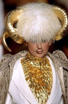Primera colección  La primera colección de Alexander McQueen para Givenchy fue todo un fracaso. Ni siquiera el diseñador salió contento con sus diseños, aunque se mantuvo en la firma de LVMH durante varios años más.