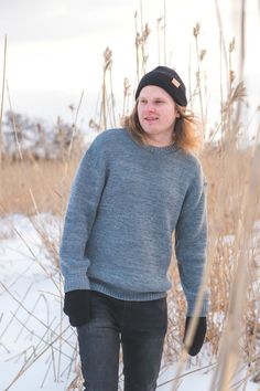 Cozy oversized merino wool sweater for Men. Grey sweater melange, hipster hiking look for outdoors. Chunky Oversized Sweater, Grey Sweater, Beanie Outfit, Merino Wool Sweater, Comfy Casual, Beanies, Looking For Women, Sustainable Fashion, Spring Outfits