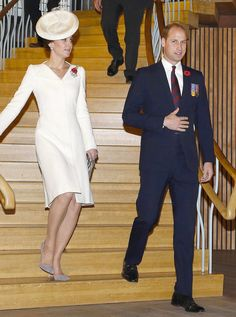 Kate Middleton and Prince William walking down stairs Women must keep their chins in line with the ground. Kate Middleton Prince William, Prince William And Catherine, William Kate, Prins William, Prince Charles, Kate And Meghan, Prince Harry And Meghan, Kate Middleton Style, Pippa Middleton