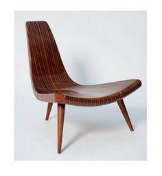 cadeiras e poltronas do design brasileiro (a cadeira de três pés de Joaquim Tenreiro é feita de ripas de madeira maciça)