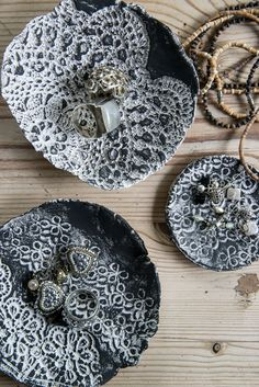 Imprinted Lace on clay bowls creates a beautiful jewellery holder! Ceramics Projects, Clay Projects, Diy Projects To Try, Craft Gifts, Diy Gifts, Pottery Supplies, Do It Yourself Inspiration, How To Make Clay, Paint Your Own Pottery