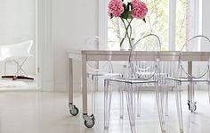 Piękne barokowe krzesło Victoria Ghost, którego nie powstydziłby się sam Ludwik XIV wykonane jest z przezroczystego lub barwionego poliwęglanu. Philippe Starck zaprojektował dla firmy Kartell cała rodzine Ghost, która idealnie pasuje do eleganckiego stylu wnętrz.