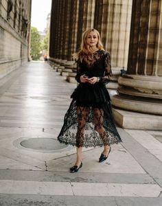 Ideas de look con encaje Negro. Lo Mejor de Street Style. Esta primavera, las transparencias seguirán siendo una de las tendencias  principales de moda. Cuando el encaje y el color negro se juntan, crean una imagen de lujo,  muy elegante y atractiva.