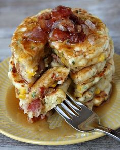 Bacon and Corn Griddle cakes. Stuffed with corn, crumbled bacon, onions, chives and Monterey Jack Cheese. I may have to substitute Canadian Bacon for bacon Think Food, I Love Food, Good Food, Yummy Food, Tasty, Breakfast And Brunch, Breakfast Pancakes, Bacon Breakfast, Breakfast Healthy