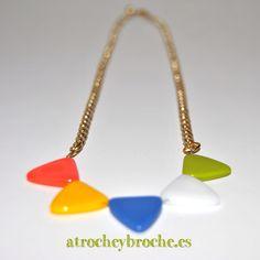 Colgante de triángulos de colores de plástico