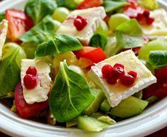Listový salát s hermelínem a brusinkami / Salad with brie and cranberries Cranberries, Brie, Fruit Salad, Food, Fruit Salads, Eten, Meals, Diet