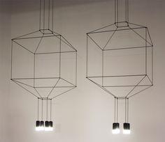 Massiv und dezent, körperhaft und entmaterialisiert erinnert Wireflow von Arik Levy für Vibia an traditionelle Leuchten. Foto © Arik Levy