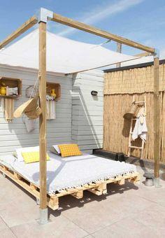 une-idee-geaniale-comment-faire-un-lit-en-palette-jolie-suggestion-lit-amenage-a… ein-Idee-geaniale-how-to-a-Bett-in-paletten ziemlich Suggestion Bett-Feeder-to-the-Außen Outdoor Bedroom, Outdoor Daybed, Outdoor Rooms, Outdoor Decor, Outdoor Gazebos, Backyard Shade, Backyard Lighting, Pergola Shade, Shade Garden