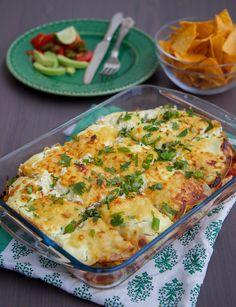 Smarrig och krämig gratäng som funkar lika bra att tillagas med kyckling eller quorn. Gratängen påminner både om enchiladas och lasagne. Tortillabröd varvas i en form med tacosås, kyckling- eller quornfyllning och riven ost. Det hela avslutas med creme fraîche och riven ost. Riktigt gott och lättlagat. 6 portioner enchiladasgratäng 8 st tortillabröd (mellanstorlek)- recept finns HÄR! om du vill baka egna 400 g tacosås (tex santa marias tacosås på burk) 4 st kycklingfiléer (ca 500 g) eller…