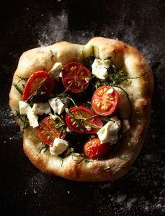 Pizza: verse tomaatjes, mozzarella en rucola