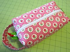 Sweet Bee Buzzings: Zip Along: She's a Brick Pouch. Box bag tutorial/free with NO exposed seams. Have to try this one.