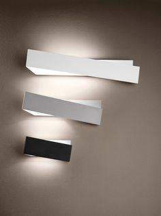 Instabili linee oblique per questa  particolare lampada da parete. Zig Zag_W  è una dinamica figura geo...