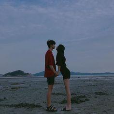 Korean Boy, Korean Couple, Ulzzang Korean Girl, Ulzzang Couple, Cute Couples Goals, Couple Goals, Short Girl, Couple Beach, Boyfriend Goals