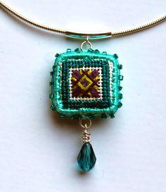 gotta make one Thread Jewellery, Textile Jewelry, Embroidery Jewelry, Fabric Jewelry, Beaded Embroidery, Metal Jewelry, Diy Jewelry Necklace, Beaded Jewelry, Handmade Jewelry