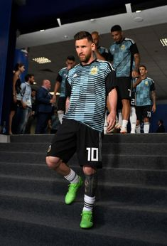 Lionel Messi of Barcelona warms up prior to the UEFA Champions League round of 16 first leg match between Arsenal and Barcelona on February 2016 in London, United Kingdom. Neymar, Cr7 Messi, Messi And Ronaldo, Best Football Players, Football Is Life, Football Boys, Adidas Football, Uefa Champions League, World Cup