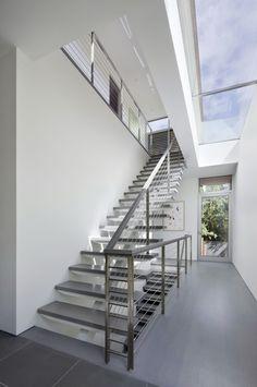 Ovenlys ned i kælder. Dette kunne være nedgang fra entre til aktivitetsummet. Bemærk ovenlys både over trappe samt i kælderloft til højre.