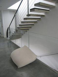 רצפת בטון בשלוב מדרגות בטון בחיפוי עץ
