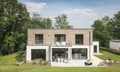 modernes Haus im Bauhausstil und Holz-Putz-Fassade Flat Pack Homes, Bauhaus Style, Residential Architect, Prefab Homes, Large Windows, My House, House Design, Mansions, Architecture