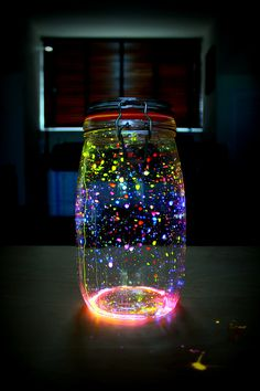 Glow in the dark jar! Really easy to make. You need glow sticks and an empty jar. Mason Jar Crafts, Mason Jar Diy, Bottle Crafts, Glow Stick Jars, Glow Sticks, Diy Crafts For Girls, Fun Crafts, Glow Crafts, Glow Stick Crafts