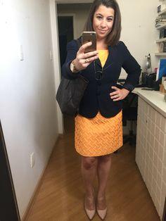 Dia 9: Vestido amarelo com blazer marinho, bolsa marrom e sapato nude #desafiodocloset