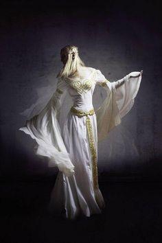 Alexandra Filatova porte la robe médiéval « Isolde » par ArmStreet