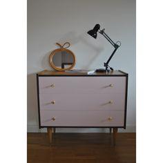 Commode Vintage 3 tiroirs rose poudré, noir mat et bois. Fonds de tiroirs tapissés (papier peint haut de gamme aux motifs vintage noir et blanc cassé) Boutons de...  - bois (Matériau) - rose - bon état - vintage