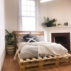Sylvester Stallone's Life Story - bed ideas - Wonderful double layer wooden p.Sylvester Stallone's Life Story - bed ideas - Wonderful double layer wooden pallet bed projects Pallet Bed Frames, Diy Pallet Bed, Wooden Pallet Furniture, Pallet Ideas, Pallet Projects, Diy Projects, Project Ideas, Diy Wood Bed Frame, Rustic Furniture