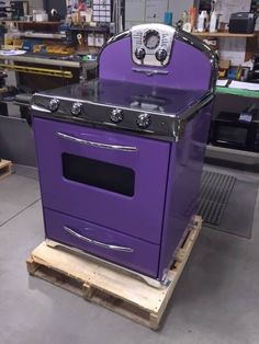 Fogão Roxo (I Want it in my kitchen! Purple Home, Pink Purple, Deep Purple, Purple City, Purple Furniture, My Favorite Color, My Favorite Things, Color Violeta, Purple Kitchen
