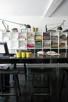 Trenger du plass til bøker, blader og ringpermer på hjemmekontoret, er det en god idé med en stor reol med både lukkede og åpne rom. De hvite hyllene er spesialbestilt hos en møbelsnekker. Istedenfor taklampe er det to lamper med lange armer som står for rommets belysning. Skrivebordet er en kjøpmannsdisk som i likhet med stolene er kjøpt brukt. Styling: Pernille Bustrup.