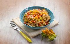 La pasta con i fiori di zucca è un piatto gustoso ed estivo che non presenta troppe difficoltà nella preparazione, è pronto velocemente e ha un contenuto calorico molto basso: rappresenta quindi una pietanza davvero ideale da gustare nelle giornate più calde