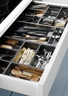 5 passos fáceis para organizar a casa nesta Primavera - No Feminino Kitchen Room Design, Kitchen Cabinet Design, Home Decor Kitchen, Interior Design Kitchen, Kitchen Furniture, Home Kitchens, Kitchen Drawer Organization, Home Organisation, Diy Kitchen Storage