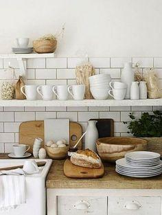 キッチンのデザインだけでなく、まな板やボウルなど木製のキッチン用品を置いて。ナチュラルな手触りの優しい雰囲気のキッチンに。