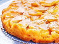 Tarte tatin on ranskalainen omenapiirakka. Omenat paistetaan uunissa taikinan alla ja lopuksi torttu keikautetaan ympäri. Finnish Recipes, Hawaiian Pizza, Pepperoni, Sugar Free, Tartan, Food And Drink, Cheese, Baking, Sweet