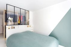 Appartement Paris : un duplex familial lumineux et harmonieux Open master bedroom with integrated walk-in closet and canopy Dream Bedroom, Home Bedroom, Modern Bedroom, Master Bedroom, Canopy Bedroom, Walk In Closet Small, Ikea Closet, Parents Room, Dressing Room Design