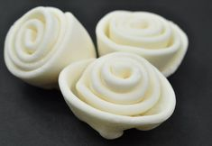 Rolled fondant is the smoothest icing to use. This homemade fondant recipe is easy and inexpensive. Fondant's dough-like consistency makes it easy to hand-shape flowers and figures. Whipped Cream Frosting, Vanilla Frosting, Frosting Recipes, Buttercream Frosting, Cookie Recipes, Chocolate Butter, Chocolate Flavors, Homemade Fondant Recipes, Smooth Icing