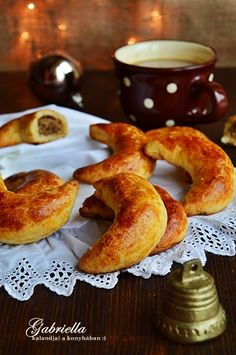 Gabriella kalandjai a konyhában :): Diós pozsonyi kifli Hungarian Recipes, Hungarian Food, Breakfast Recipes, French Toast, Cupcake, Deserts, Muffin, Sweets, Baking